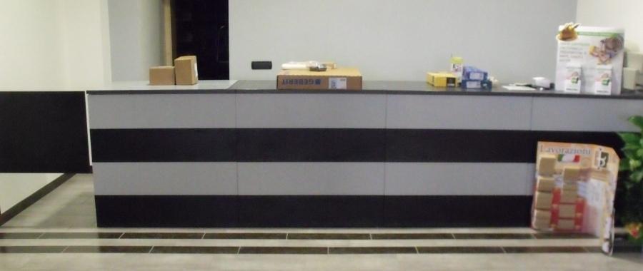 1. Il piano lavoro dei nostri banchi è realizzato in melaminico antigraffio molto resistente ai carichi gravosi